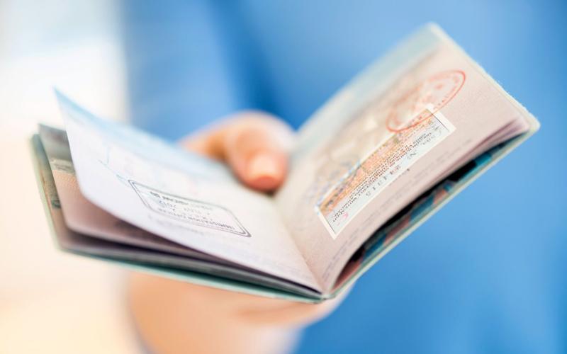 ¿ Es posible aplicar a una Green Card y a una visa de turista simultáneamente?
