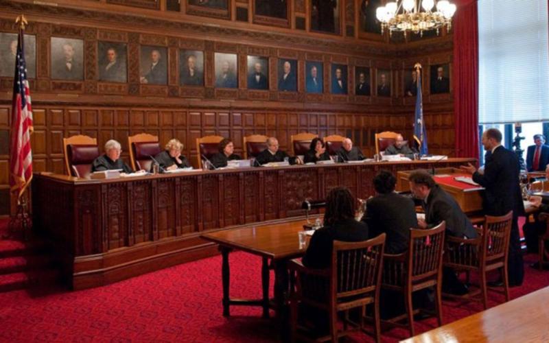 Ex jueces piden que el ICE deje de arrestar a inmigrantes en juzgados
