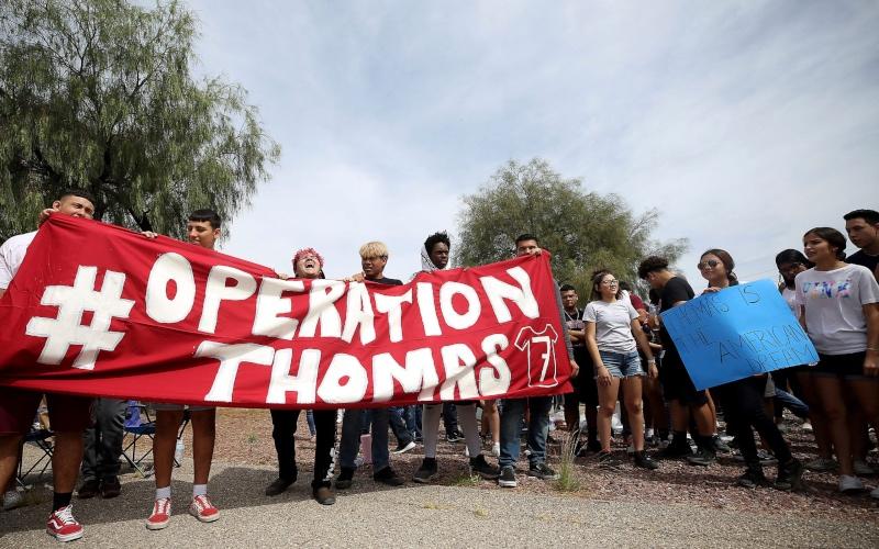 Estudiantes de Arizona marchan para protestar por la posible deportación de su compañero