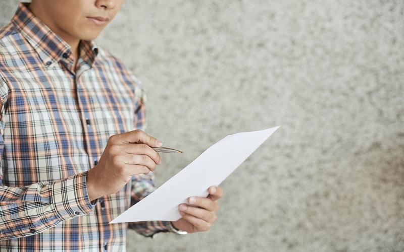 Inmigrante revisando papeles de visa de trabajo