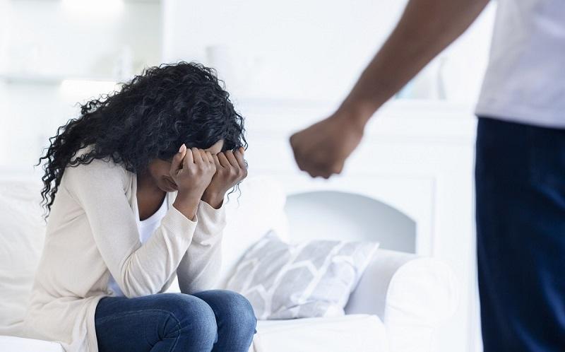 mujer escondiéndose de su esposo por violencia domestica