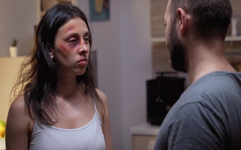 ¿Qué delitos califican para VAWA como violencia doméstica?